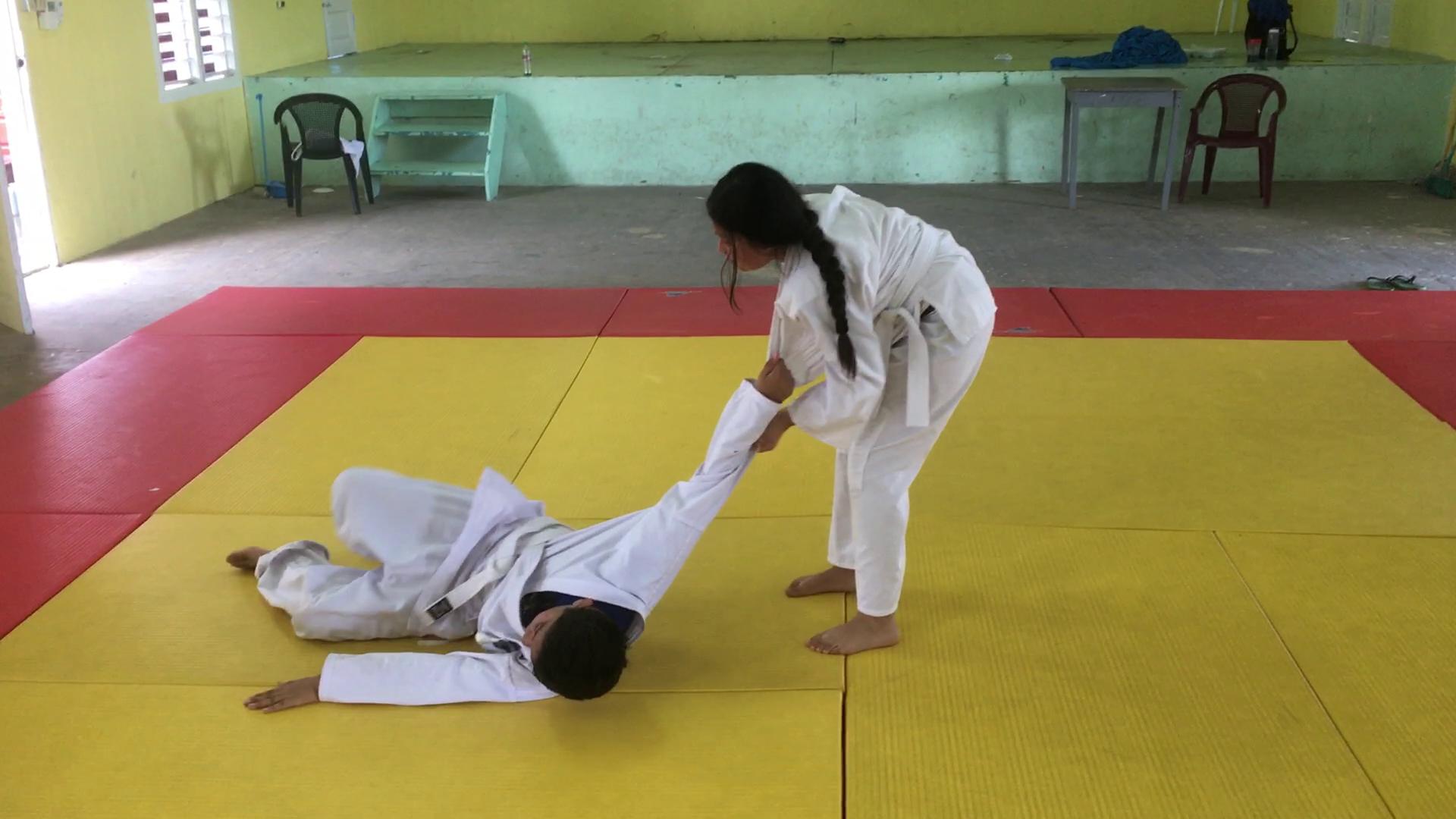 小学生に投げ技(大腰)を教え始めました。