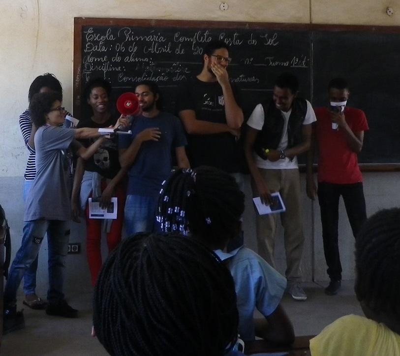 小学校で昔話の劇を披露