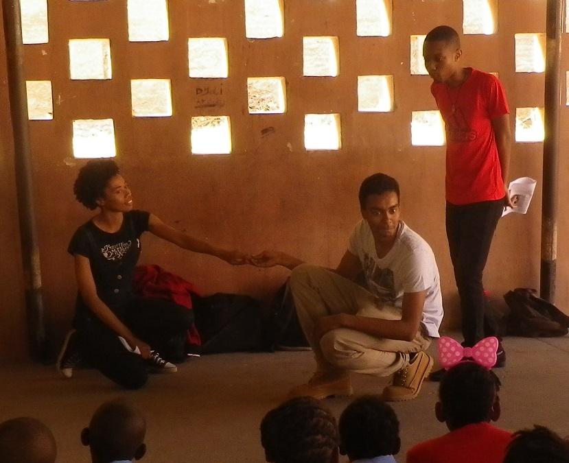 小学校で昔話の劇を披露2
