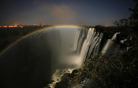 ルナレインボー(満月の夜に滝にかかる虹)
